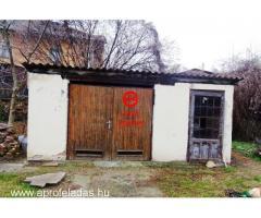 Eladó családi házrész Verőce központjában.