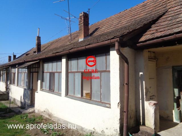 Szokolya központjában eladó családi házrész. 11.5 M Ft